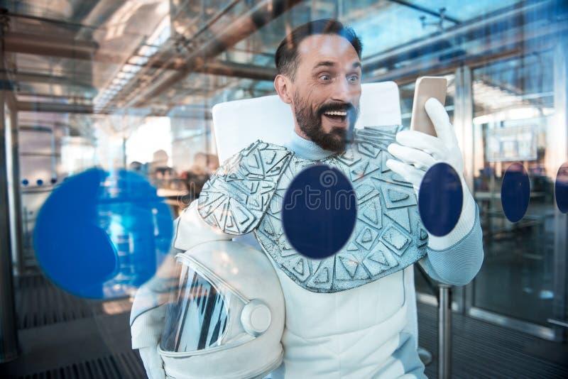 Homem surpreendido alegre na armadura para o espaço imagens de stock
