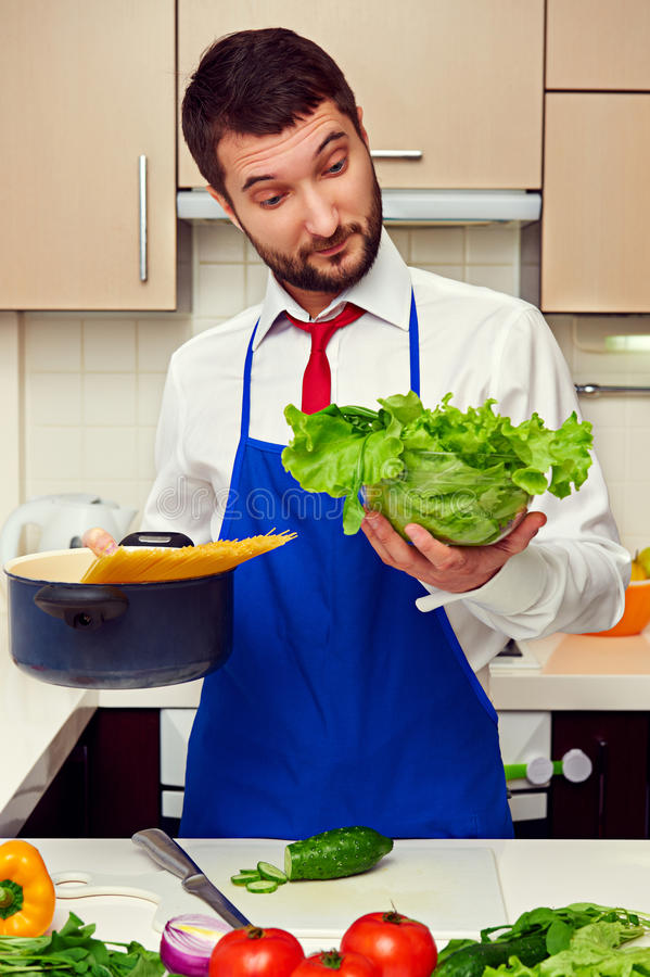 Homem surpreendido na cozinha