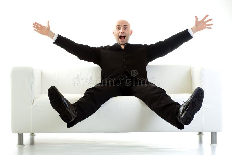 Homem surpreendido no sofá fotografia de stock