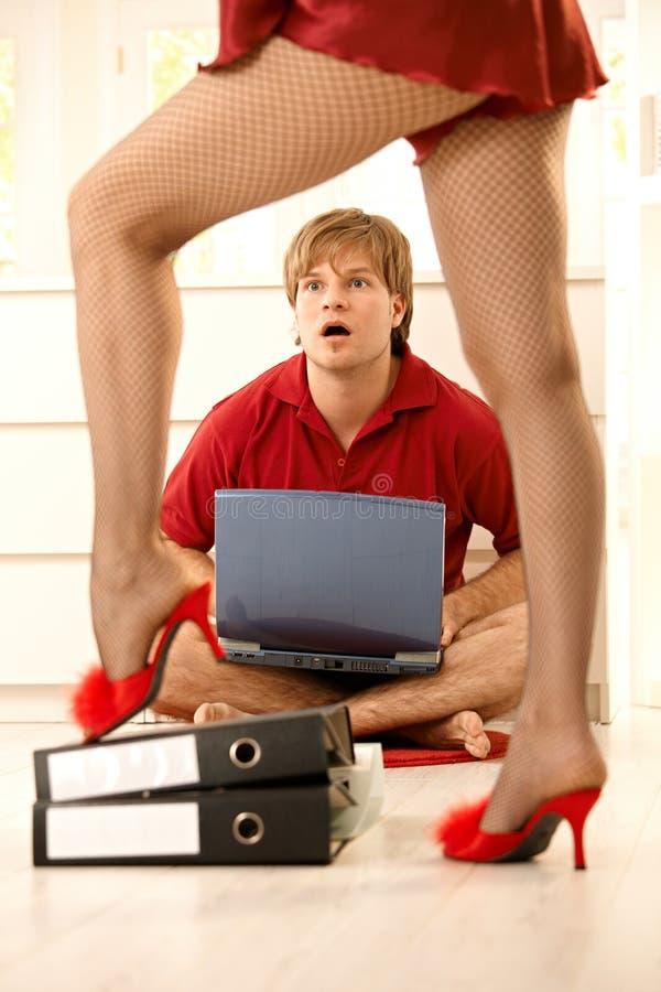 Homem surpreendido que olha a mulher 'sexy' imagem de stock