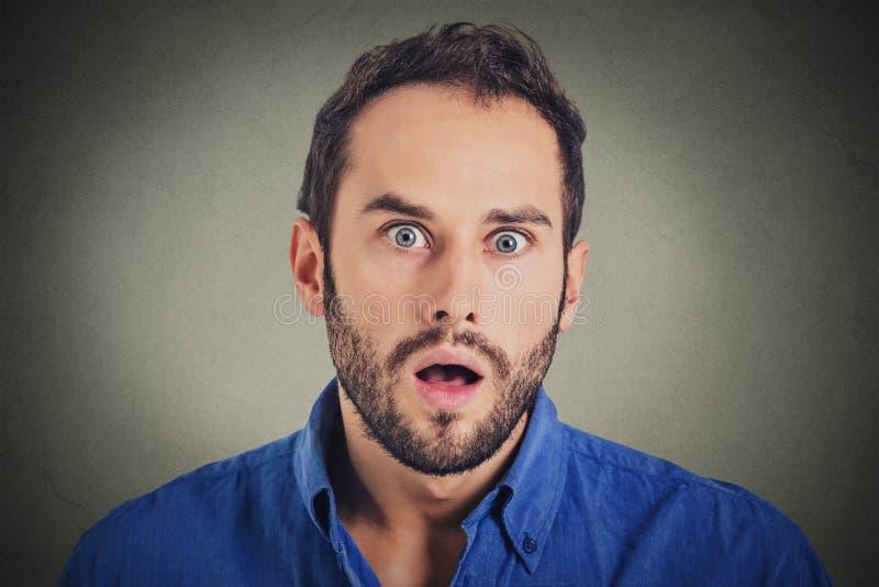Homem surpreendido surpresa Homem do retrato do close up que olha surpreendido na descrença completa imagens de stock royalty free