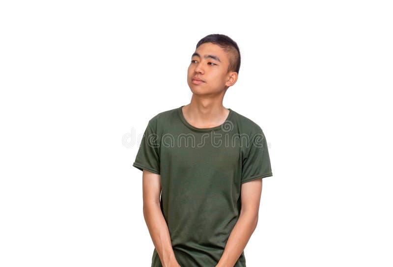 Homem tailandês novo no olhar do cabelo do shrt e do t-shirt do verde azeitona a seu lado direito fotos de stock royalty free