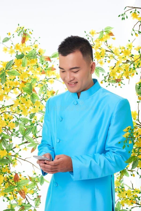 Homem Texting na celebração de Tet imagens de stock royalty free