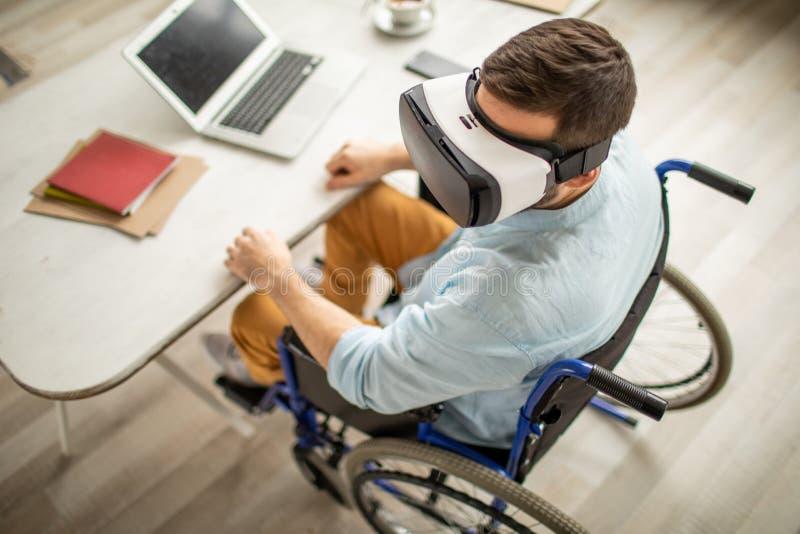 Homem tido desvantagens com óculos de proteção do vr foto de stock royalty free