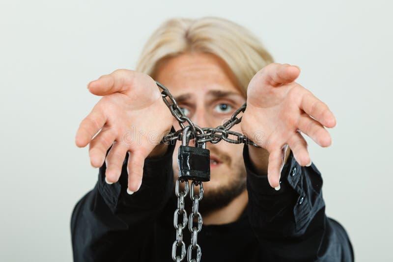 Homem triste com mãos acorrentadas, nenhuma liberdade imagens de stock