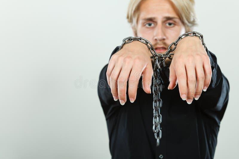 Homem triste com mãos acorrentadas, nenhuma liberdade foto de stock royalty free