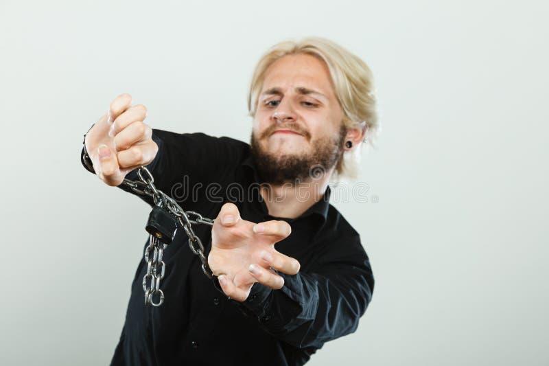 Homem triste com mãos acorrentadas, nenhuma liberdade fotografia de stock royalty free