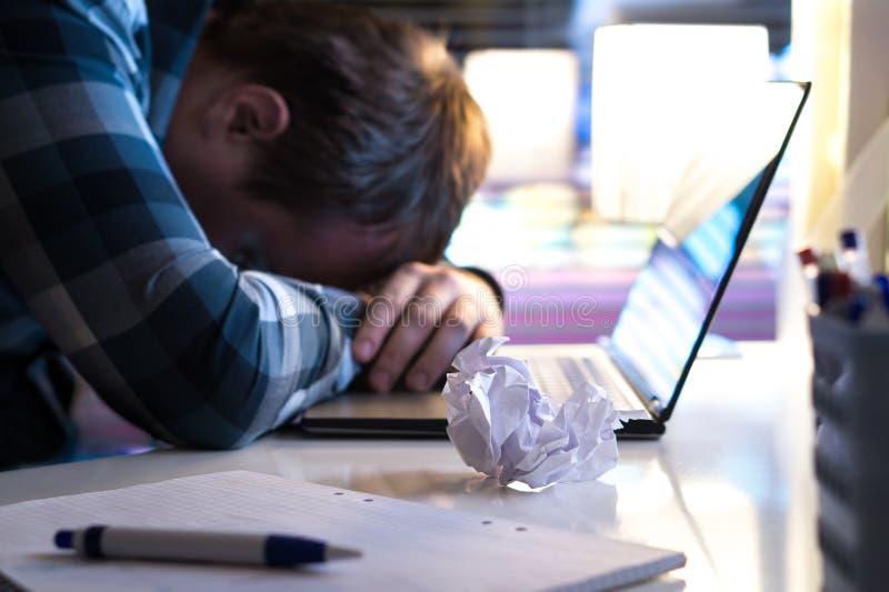 Homem triste e cansado no escritório para negócios home ou moderno na noite fotos de stock