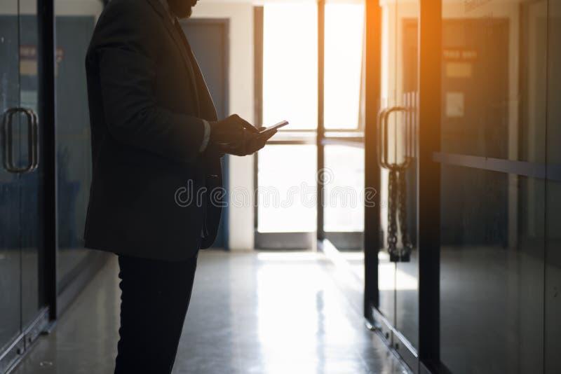 Homem triste e sério que conversa apenas na frente do escritório closeing imagem de stock
