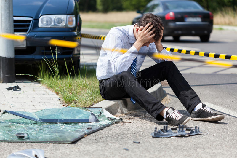 Homem triste na cena do acidente fotografia de stock