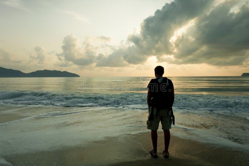 Homem triste no tempo do alvorecer na praia imagem de stock royalty free