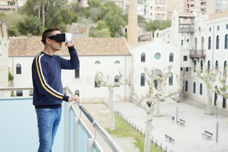 Homem usando fone de cabeça de realidade virtual imagens de stock