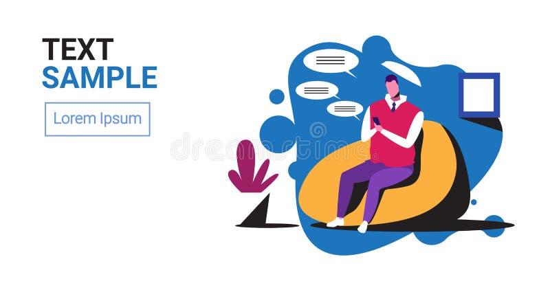 Homem usando smartphone móvel chatting aplicativo rede social fala bate-papo bble comunicação empresário sentado ilustração royalty free