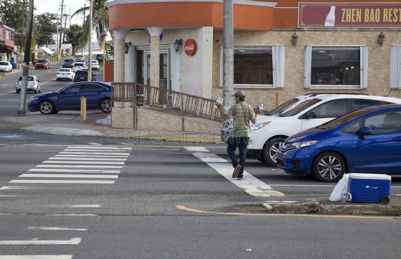 Homem vendendo água engarrafada ao ar livre Bayamon Porto Rico foto de stock royalty free