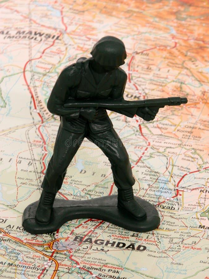 Homem verde do exército do brinquedo em Iraque fotografia de stock royalty free