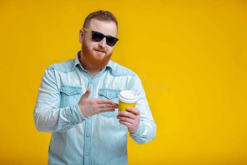 Homem vermelho da barba que guarda o copo com café fotos de stock