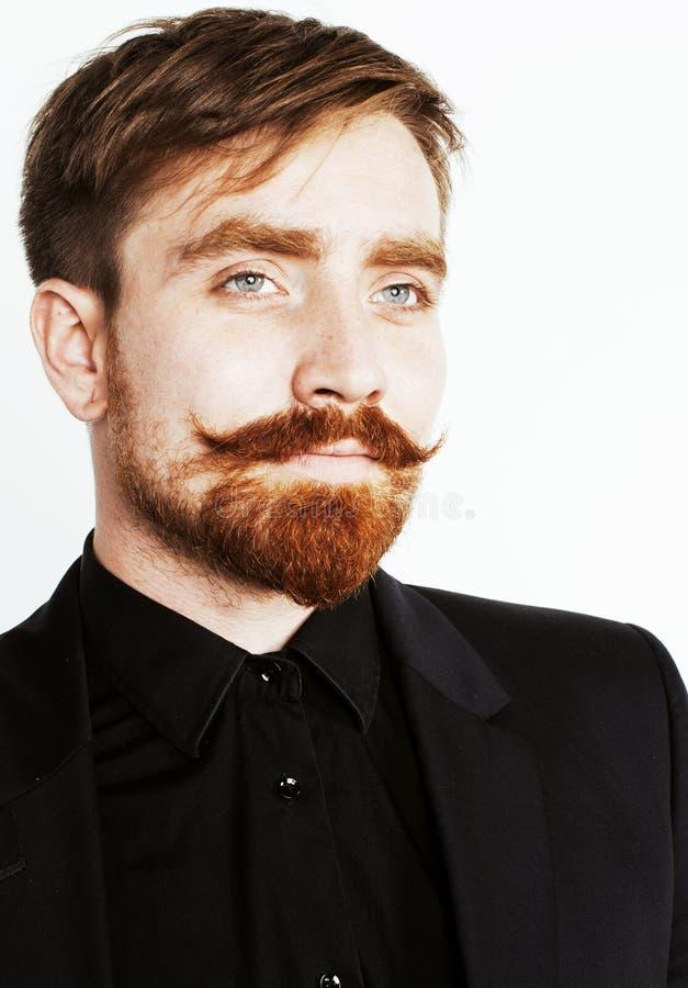 Homem vermelho novo do cabelo com barba e bigode no terno preto no whit imagem de stock