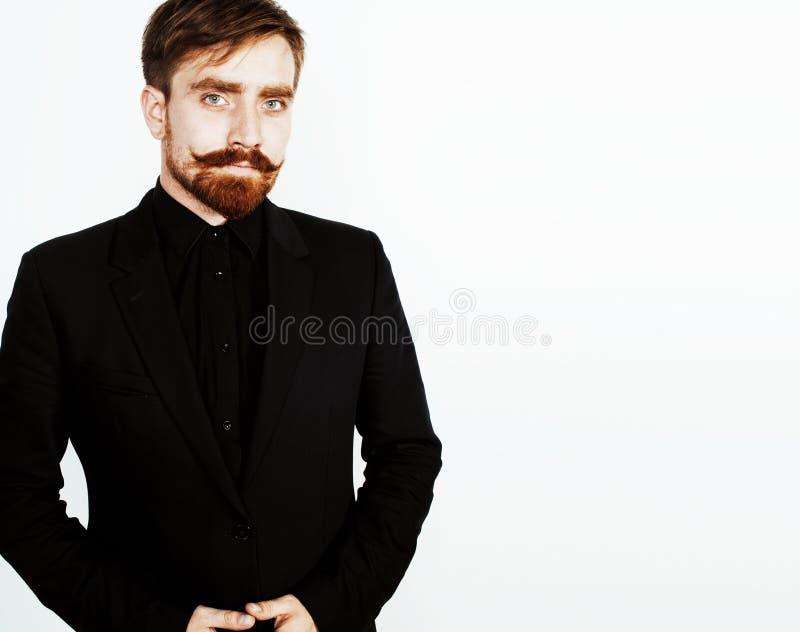 Homem vermelho novo do cabelo com barba e bigode no terno preto no whit foto de stock