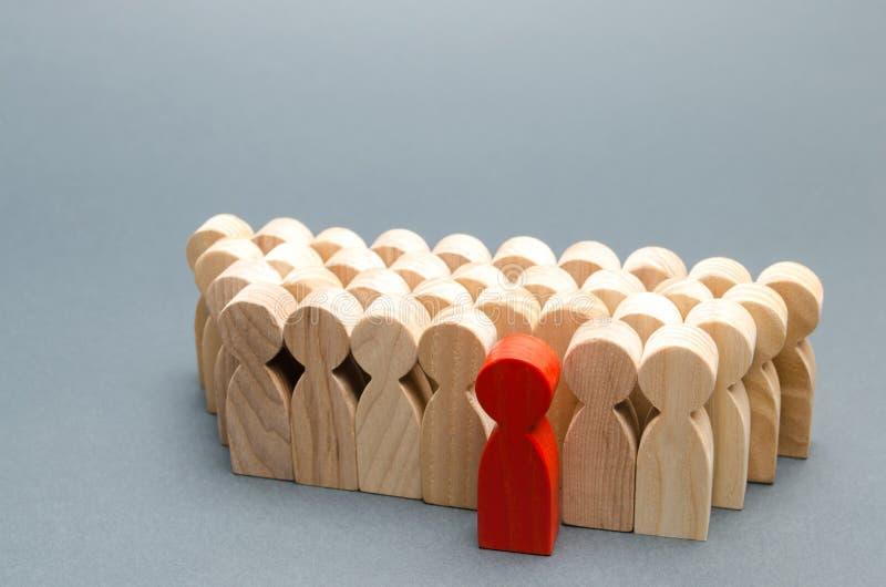 Homem vermelho que sai da multidão A pessoa escolhida entre outros Um trabalhador talentoso promotion Conceito da busca para um t fotografia de stock