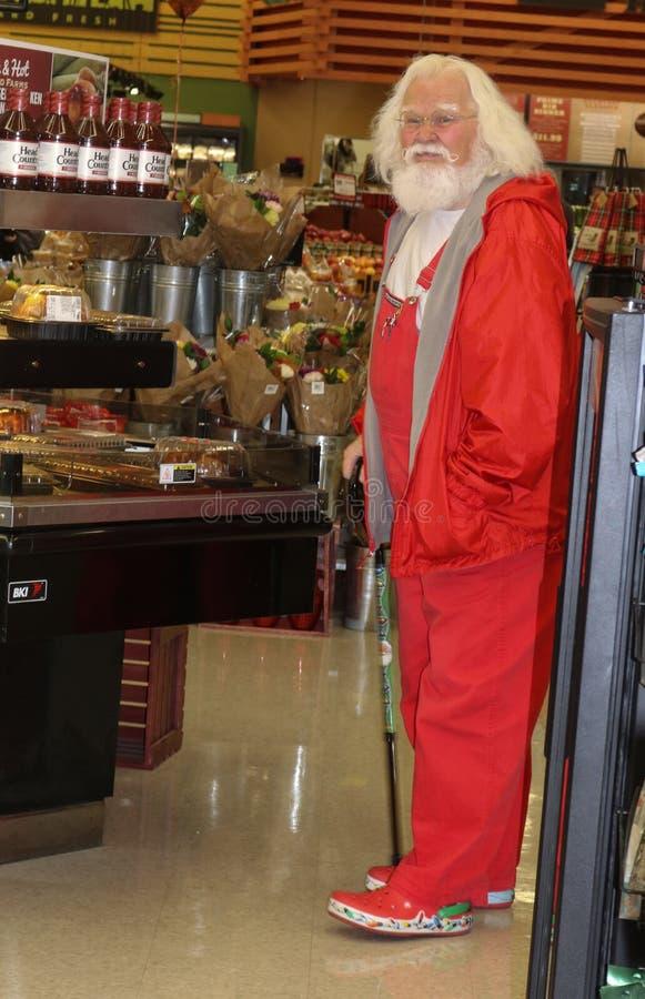 Homem vestido como Santa Claus que olha a galinha roasted na loja de Reasors em Tulsa Oklahoma 11 - 7 - 2017 foto de stock