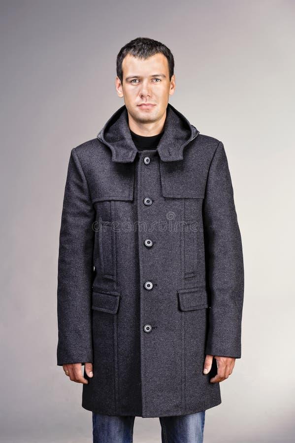 Homem vestido no revestimento cinzento de lãs imagens de stock