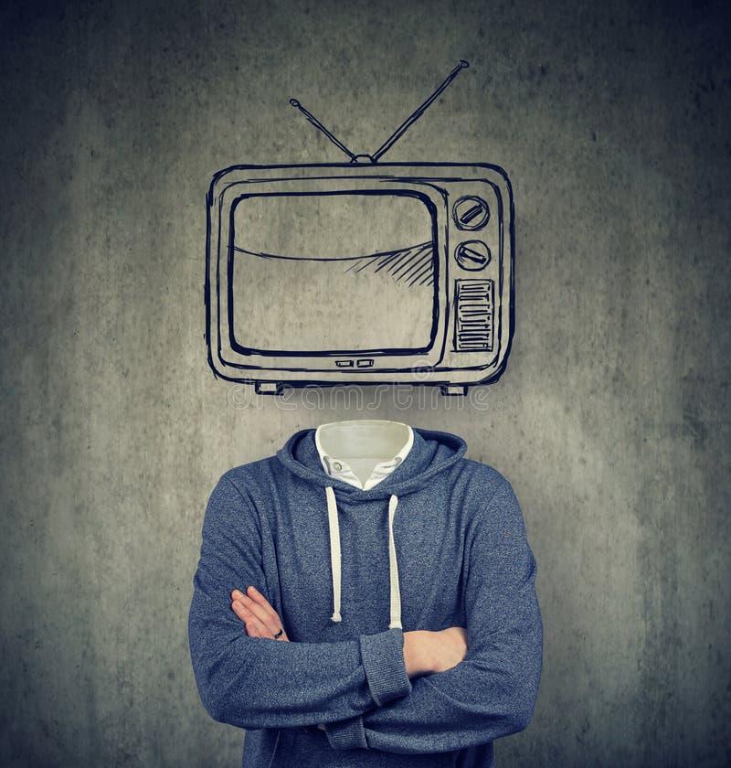 Homem viciado com a televisão em vez de sua cabeça no fundo cinzento fotografia de stock royalty free