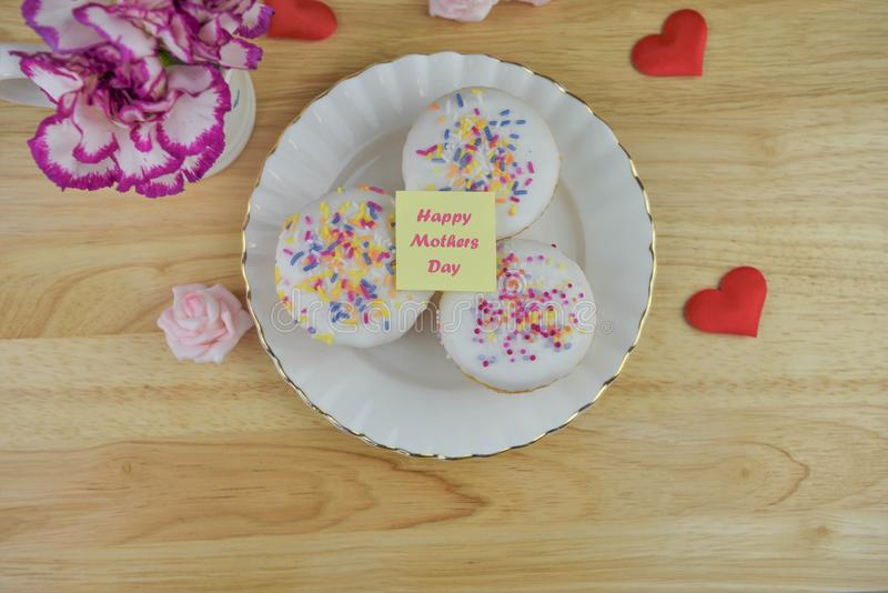 Delicious cakes with a note for happy mothers day royalty free stock photos