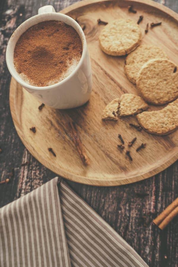 Homemade Chai Tea med Biscuits arkivfoto