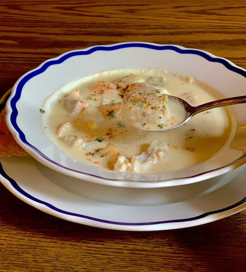 Homemade Clam Chowder em tigela fotos de stock royalty free