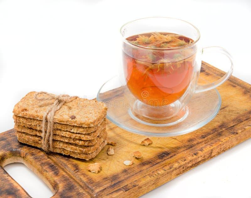 Homemade crackers med frön och te royaltyfria bilder