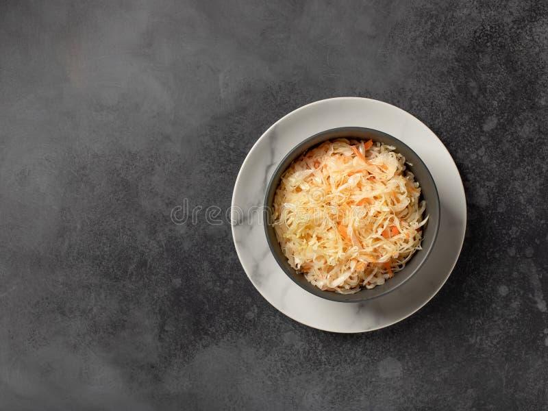 Homemade gefermenteerde kool in een kom gezonde vegansalade stock afbeeldingen