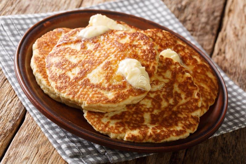 Homemade Gorditas DE Azucar Sweet Roostercakes met boterclose-up op een plaat horizontaal royalty-vrije stock foto's