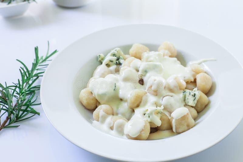 Homemade italian gnocchi lizenzfreie stockbilder