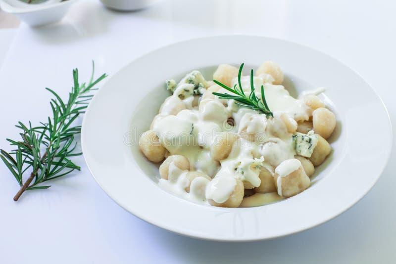 Homemade italian gnocchi lizenzfreie stockfotografie