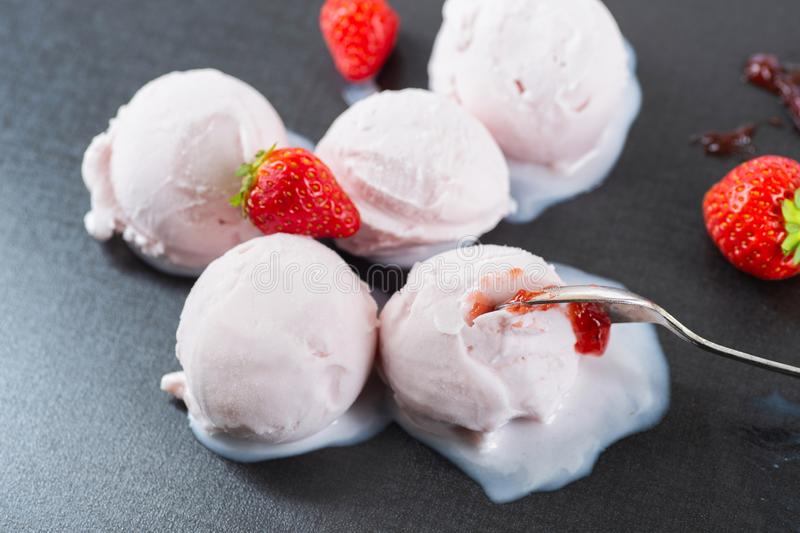 Homemade Organic Strawberry Ice Cream Balls stock afbeeldingen
