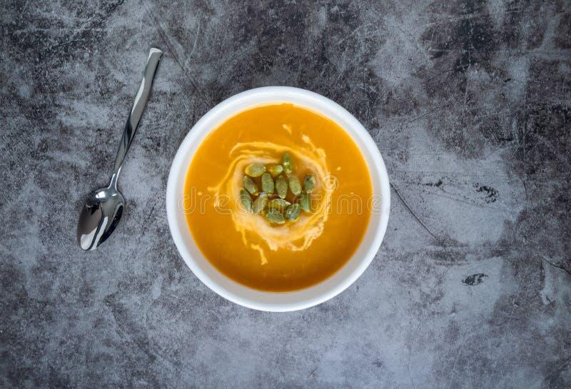 Homemade Pumpkin-soppa i en skål med pumpfrön, toppvy, kopieringsutrymme Säsongsbunden höstmat veganmat royaltyfria bilder