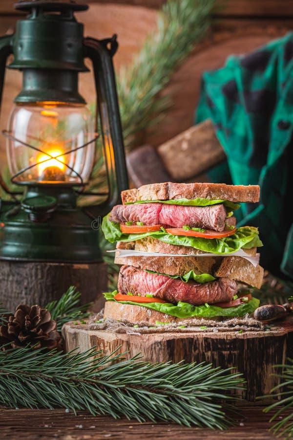 Homemade sandwich met verse groenten en rundvlees stock foto's