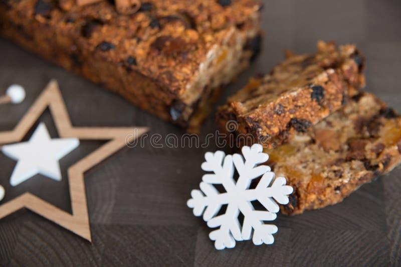 Homemade vruchtenbrood met luie winterversieringen royalty-vrije stock afbeeldingen