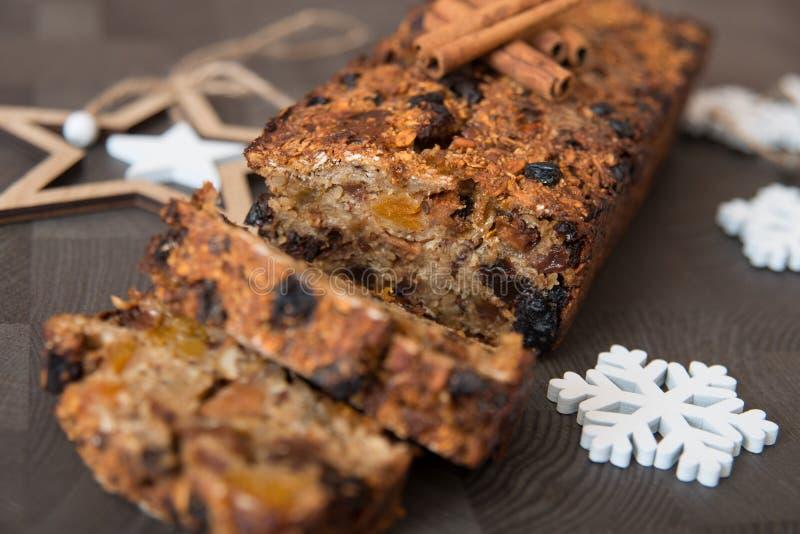 Homemade vruchtenbrood met luie winterversieringen royalty-vrije stock foto's
