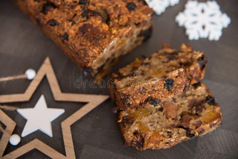 Homemade vruchtenbrood met luie winterversieringen royalty-vrije stock foto