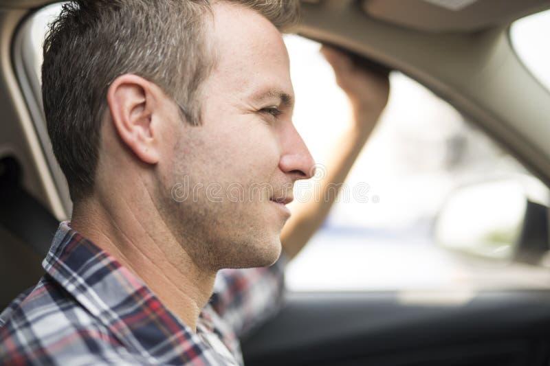 Homens agradáveis com seu carro brandnew fotografia de stock