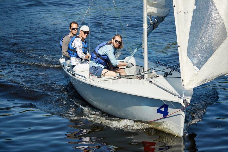 Homens calmos que flutuam no oceano imagem de stock royalty free