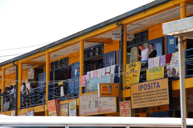 Homens caucasianos observando a estação de ônibus ruandês ocupada fotografia de stock royalty free
