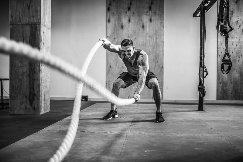 Homens com corda na aptidão funcional do treinamento fotos de stock