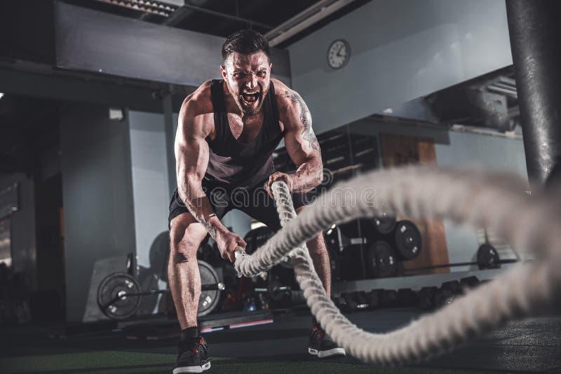 Homens com corda no gym funcional do treinamento fotos de stock