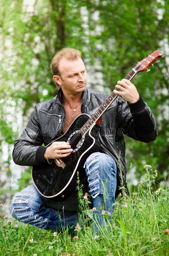 Homens com guitarra fotografia de stock royalty free