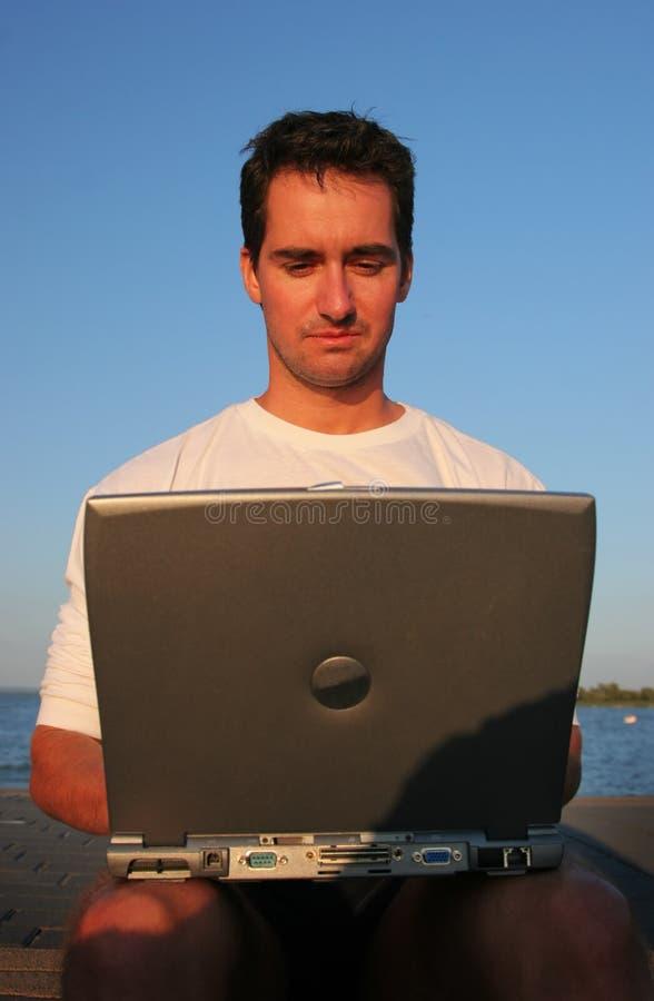 Homens consideráveis com portátil fotografia de stock royalty free