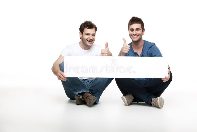Homens consideráveis que aprooving o anúncio imagens de stock royalty free