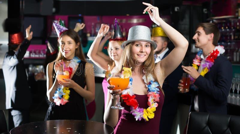 Homens contentes e mulheres que comemoram o aniversário imagens de stock royalty free
