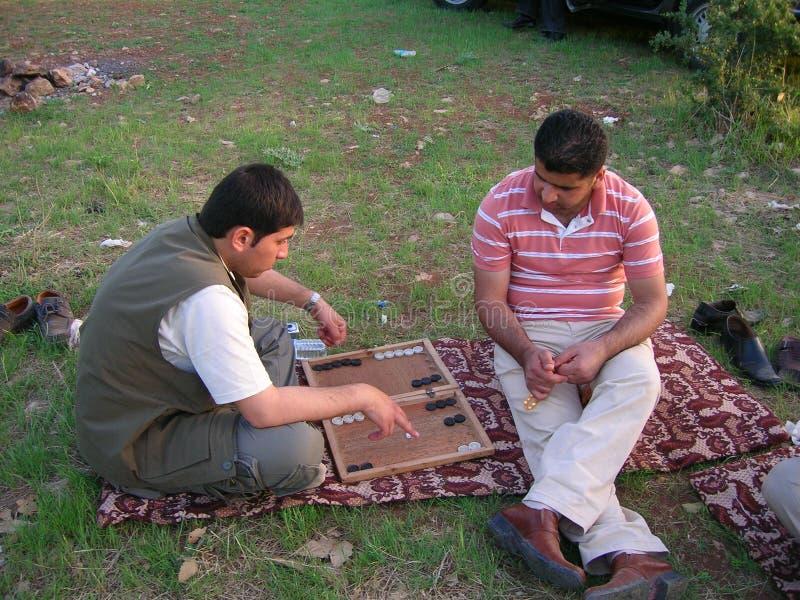 Homens curdos que jogam a gamão no parque fotos de stock royalty free